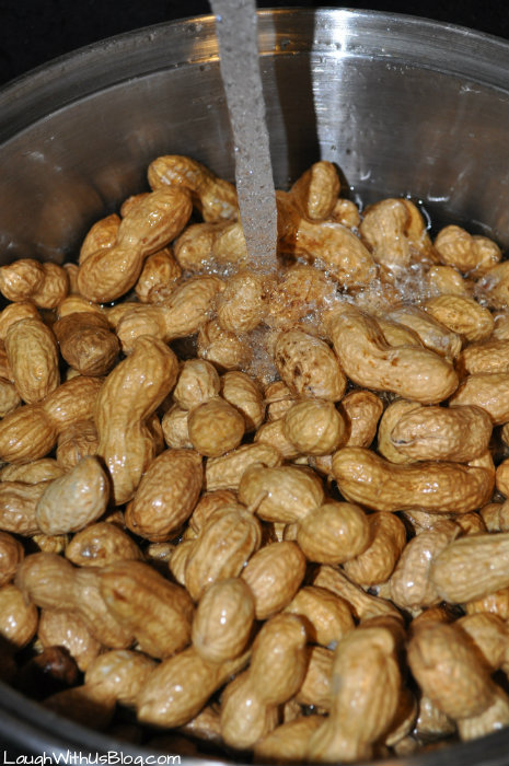 Wash the raw peanuts for boiled peanuts